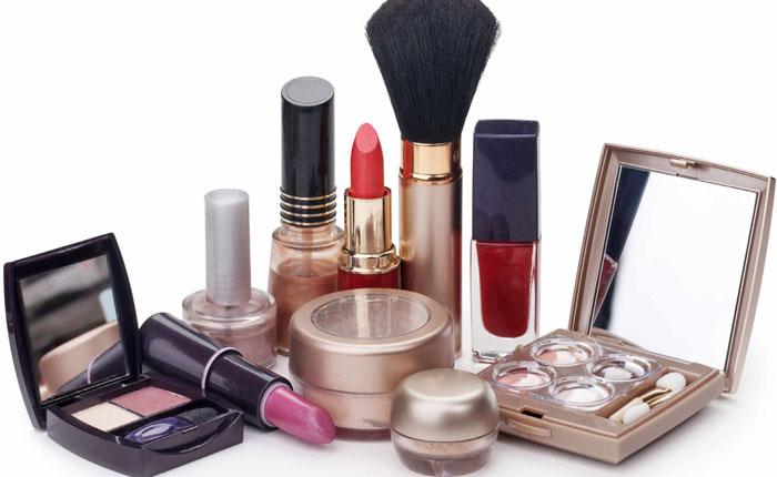 Los cosméticos viejos y vencidos albergan cantidades peligrosas de bacterias