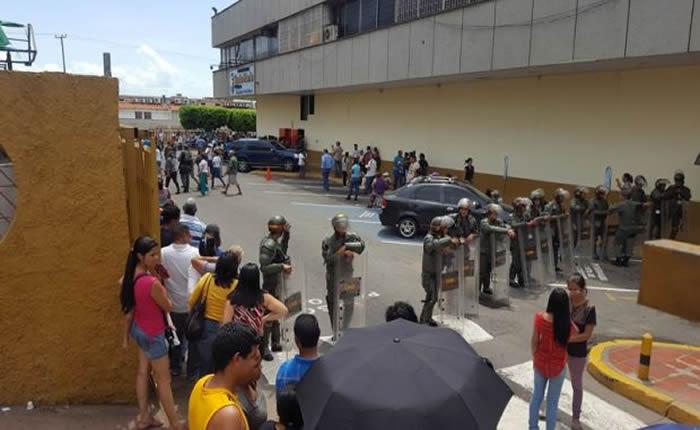 Hasta tres semanas en cola para comprar dos paquetes de harina de maíz en Puerto Ordaz