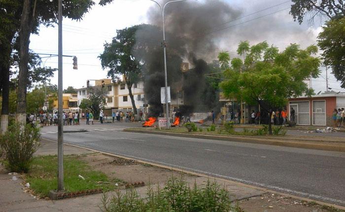 FOTOS Saquean y protestan en Cumaná por falta de comida