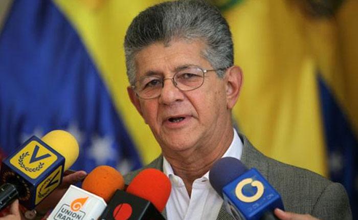 """Ramos Allup denuncia """"demora y provocaciones"""" a su llegada a Venezuela"""