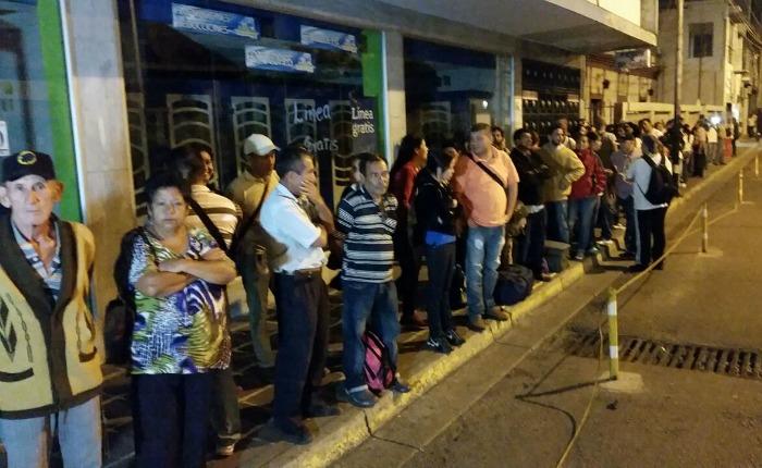 Venezolanos hacen largas colas en la frontera para pasar a Colombia a pie