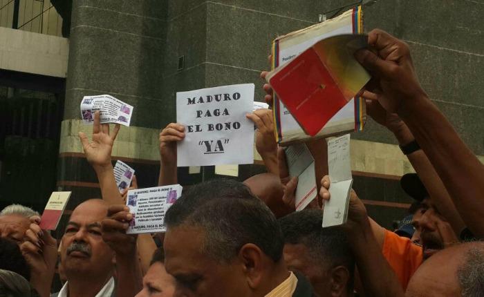 Pensionados y jubilados protestan exigiendo el pago del bono de alimentación
