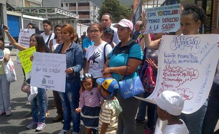 Pacientes con enfermedades autoinmunes protestaron en la farmacia del IVSS