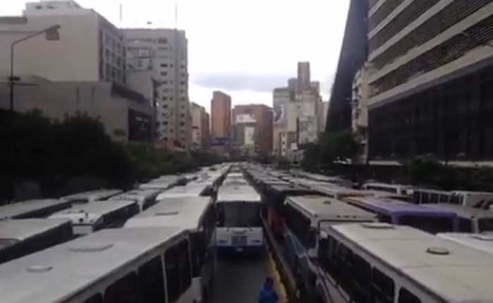 Colectivos amedrentaron la protesta de transportistas en Chacao
