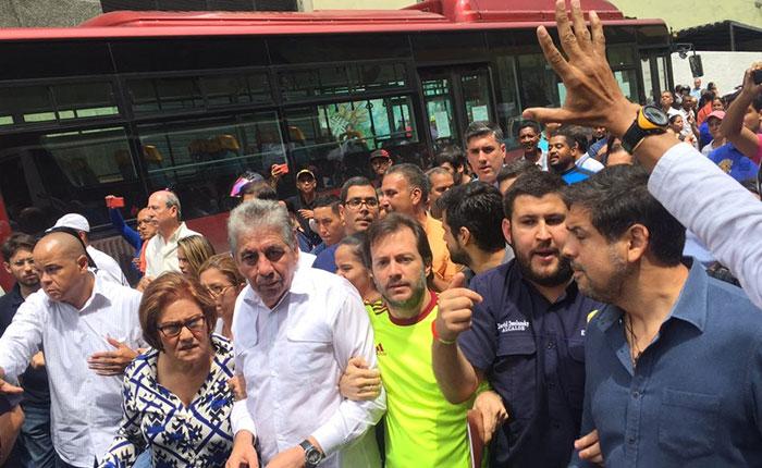 Alcaldes venezolanos protestan ante la vicepresidencia para exigir recursos