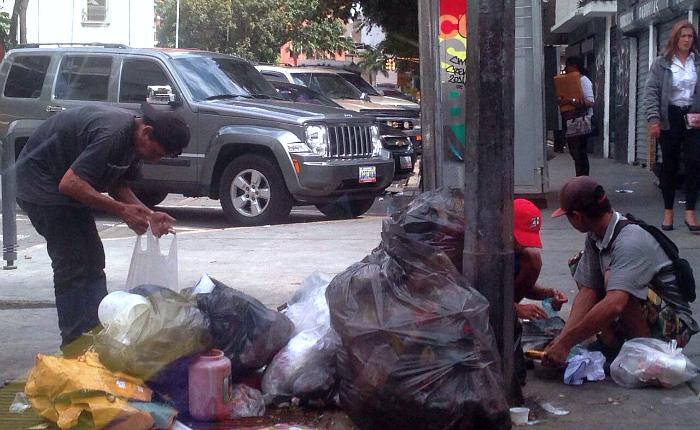 Los basureros son campos de batalla para quienes tienen hambre en Venezuela