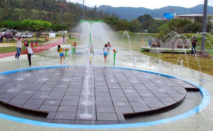 Qué agua tan fría, gobierno inauguró parque en honor a Chávez
