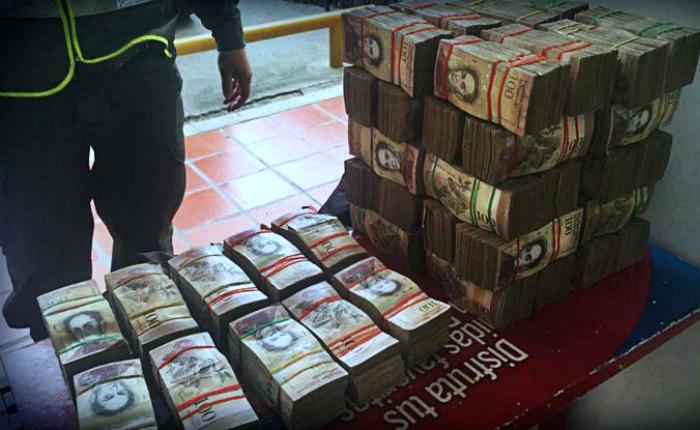 Detenidas 13 personas por transportar 47 millones de bolívares en efectivo a Colombia
