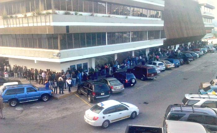 Venezolanos hacen largas colas para depositar billetes de Bs. 100