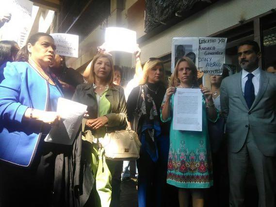 Abogados solicitaron en bloque la revisión de medidas de más de 100 presos políticos ante los respectivos tribunales