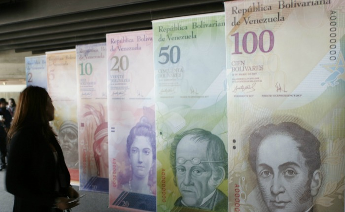 El bolívar continúa cayendo a un mes de la apertura de las casas de cambio