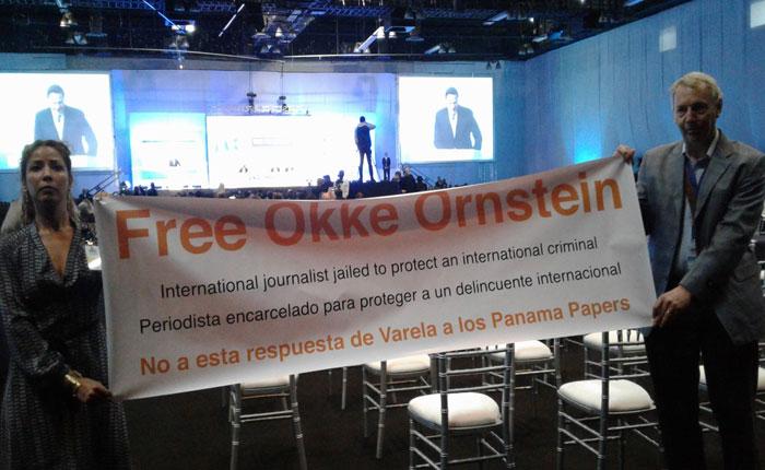 Protestan por periodista preso en inauguración de Conferencia Anticorrupción