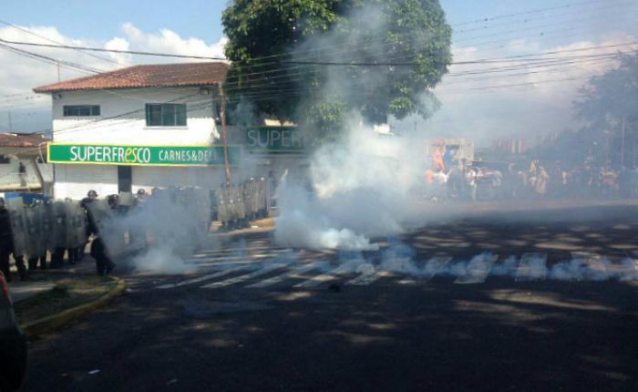Manifestantes y PNB se enfrentaron con gases lacrimógenos y piedras en Táchira