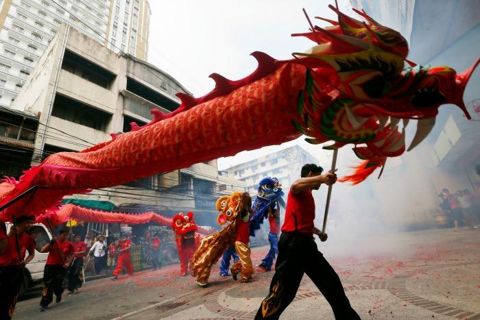Chinos celebran el Año Nuevo Lunar bajo el signo del Gallo de Fuego