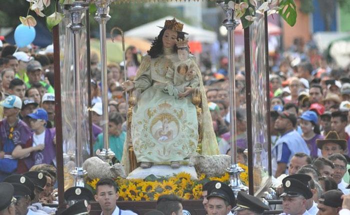Miles de feligreses se congregan en procesión de Divina Pastora