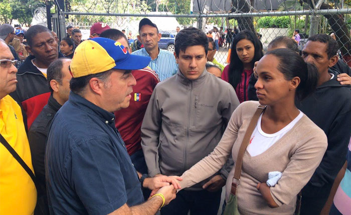 Julio Borges y diputados fueron a la Morgue de Bello Monte para acompañar a las víctimas de la violencia