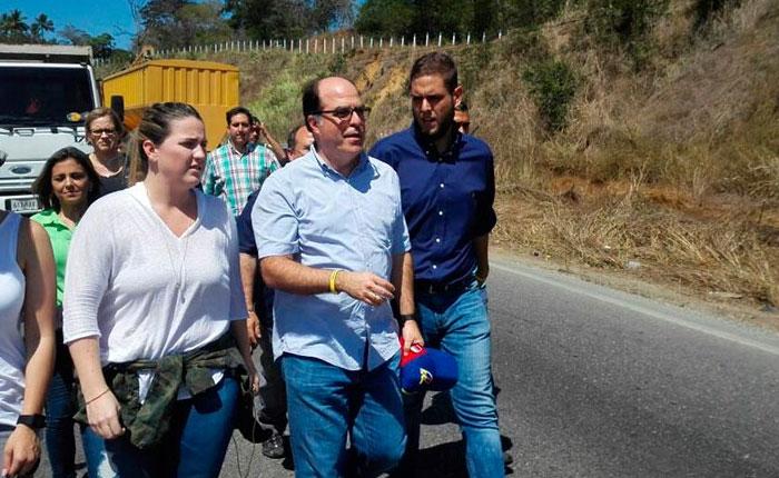 Diputados caminaron hasta cárcel 26 de julio para ver a Gilber Caro