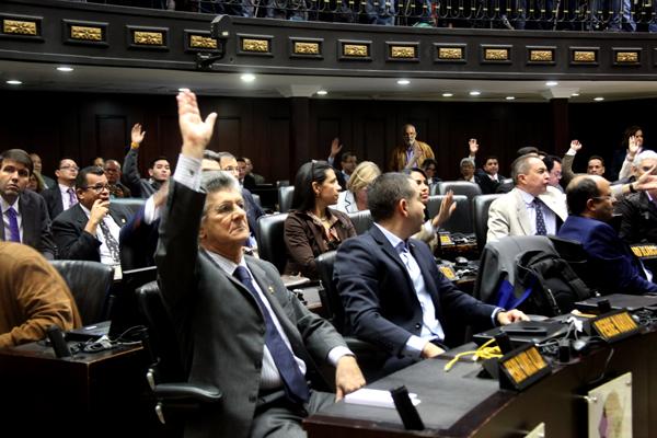 13 violaciones a la Constitución llevaron a la Asamblea Nacional a decretar el abandono del cargo del Presidente