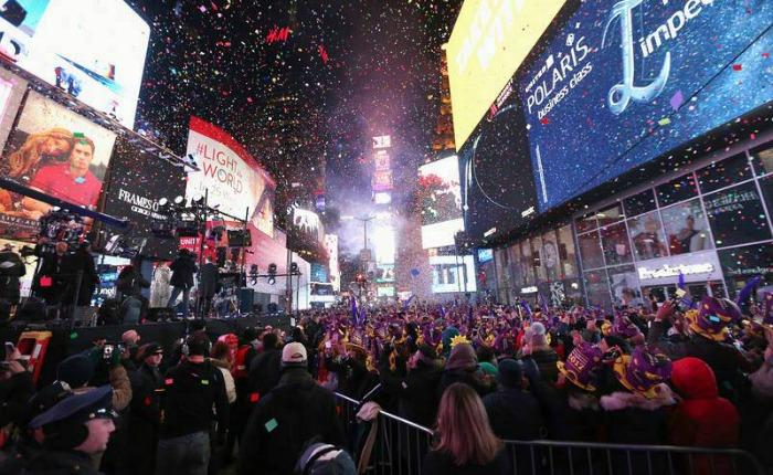 Alegres, pero sin descuidar la seguridad, recibieron el año nuevo en Europa y América