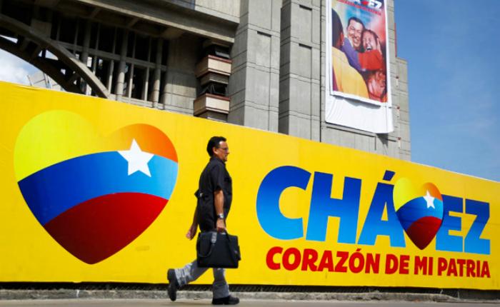 """Condenan a prisión por corrupción al autor del lema """"Chávez, corazón del pueblo"""""""