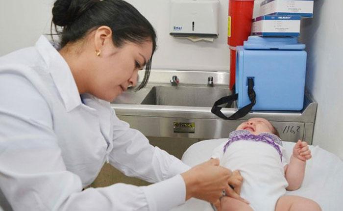 Crisis obliga a venezolanos a vacunar a sus hijos en el exterior