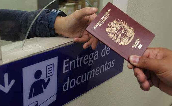 """AFP: Escasez de pasaportes deja a venezolanos """"presos"""" en donde están"""