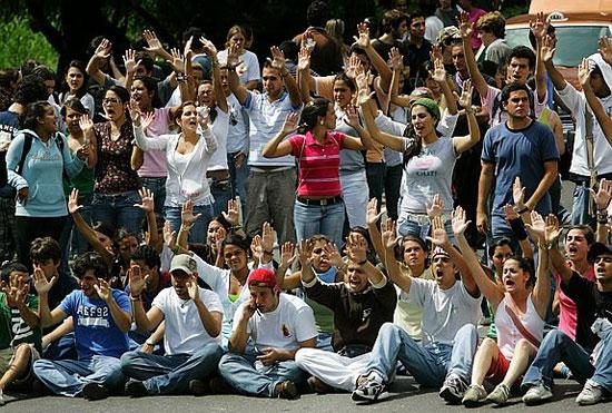 El destino de los jóvenes venezolanos: los que se quedan, los que se van y los que se lleva la violencia