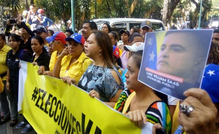 Militantes de Primero Justicia protestaron en la autopista para exigir elecciones