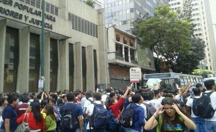 Estudiantes de la UCV protestaron por inseguridad frente a Ministerio de Interior