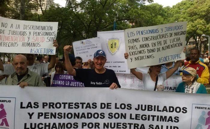Pensionados y jubilados protestan para exigir bono de alimentación