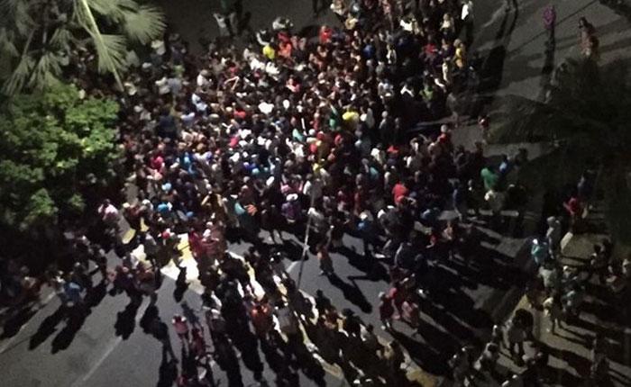 VIDEOS: Varguenses protestaron frente a la casa de García Carneiro por comida