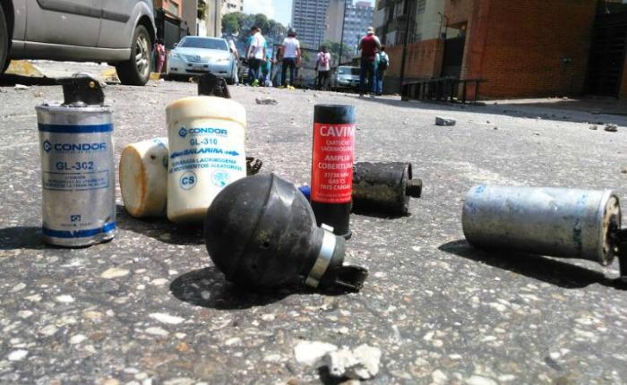 Dictadura de Nicolas Maduro - Página 6 Bombas-lacrimogenas-Caracas-sab8Abr