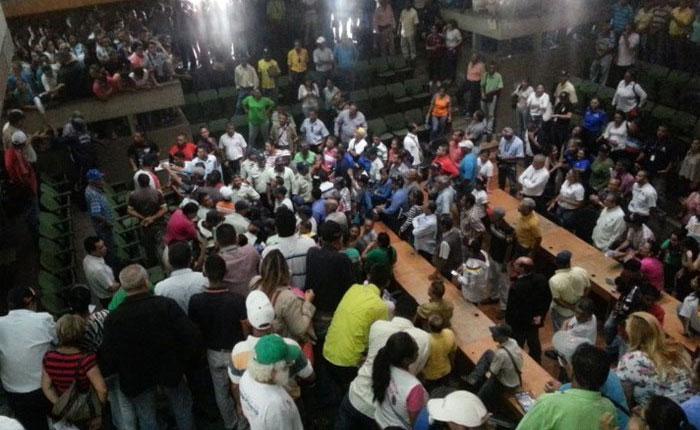 Colectivos irrumpieron en sesión del Concejo Municipal en Barquisimeto