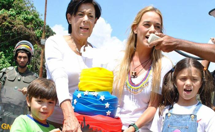 Familia-López-frente-a-Ramo-Verde.jpg