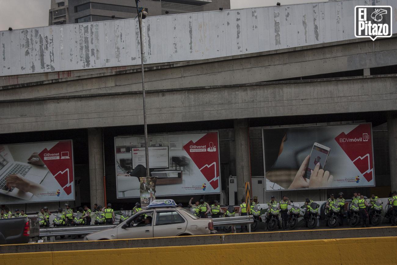 Plaza-Venezuela-tomada-por-militares-y-la-Policia-Nacional-Bolivariana-3