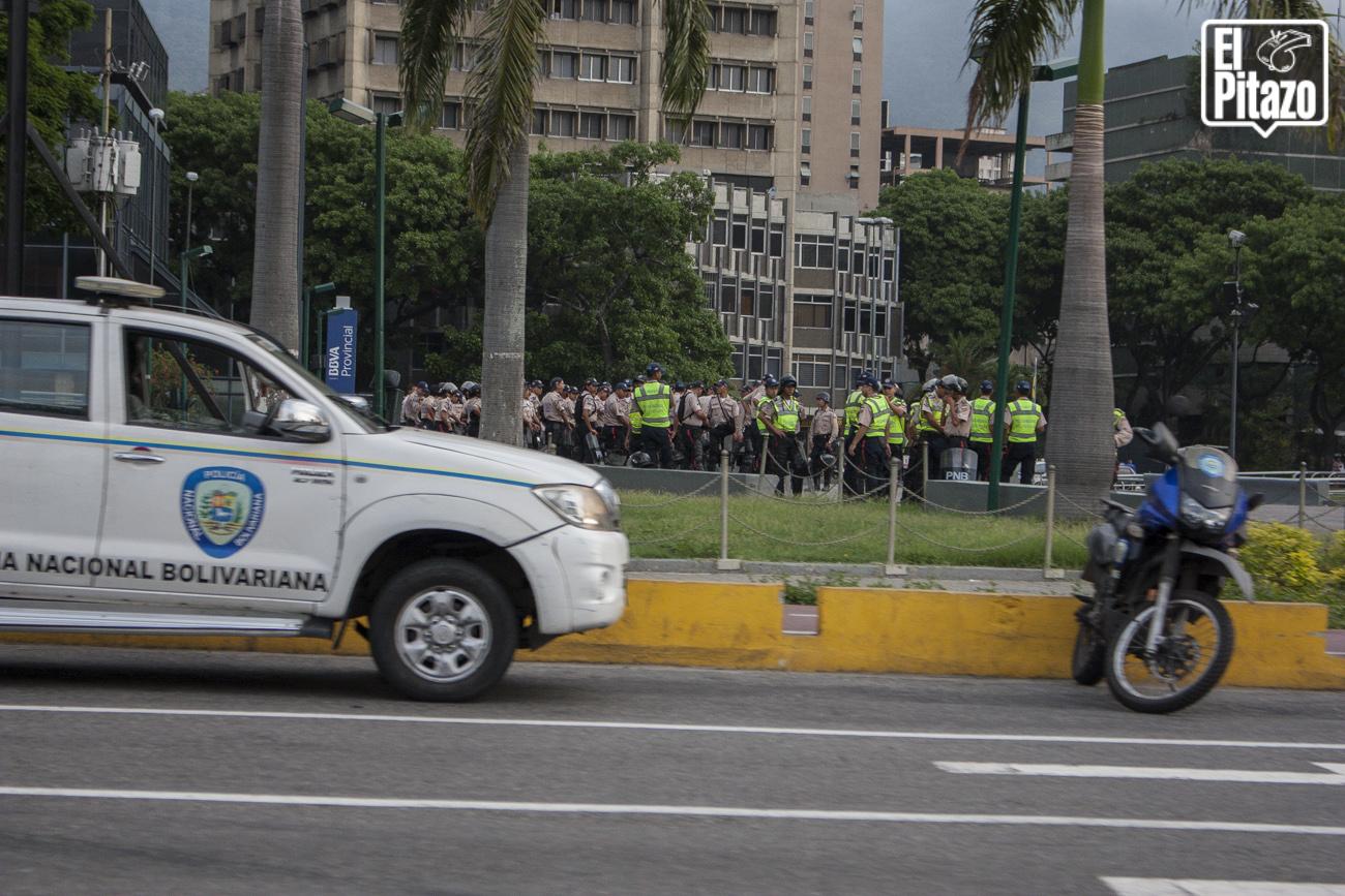 Plaza-Venezuela-tomada-por-militares-y-la-Policia-Nacional-Bolivariana-4.jpg