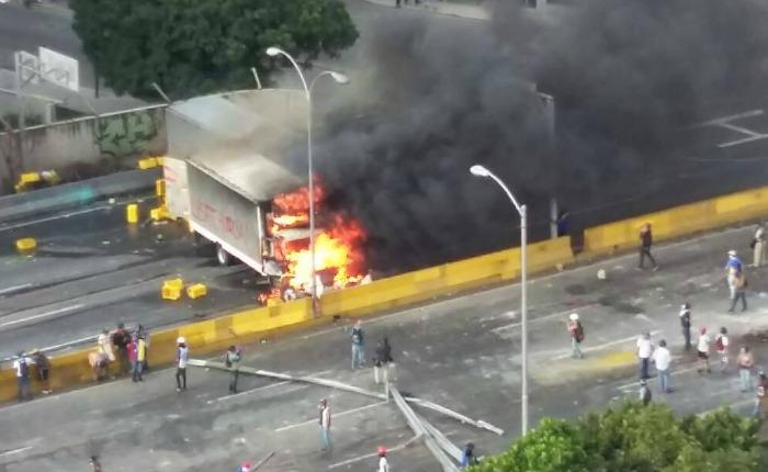 Camion-quemado-avenidaFF.jpg
