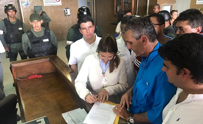 Oposición logró entregar documento al Palacio de Justicia de Valencia