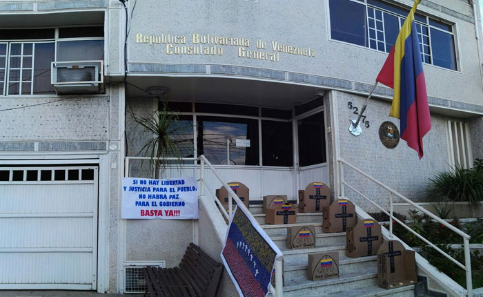 Consulado venezolano en Bucaramanga amaneció repleto de cruces #15May