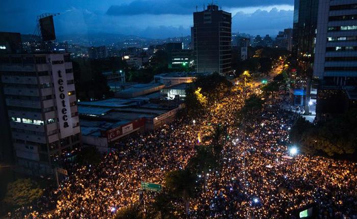 FOTOS Oposición homenajea con encendido de velas a los caídos en protestas