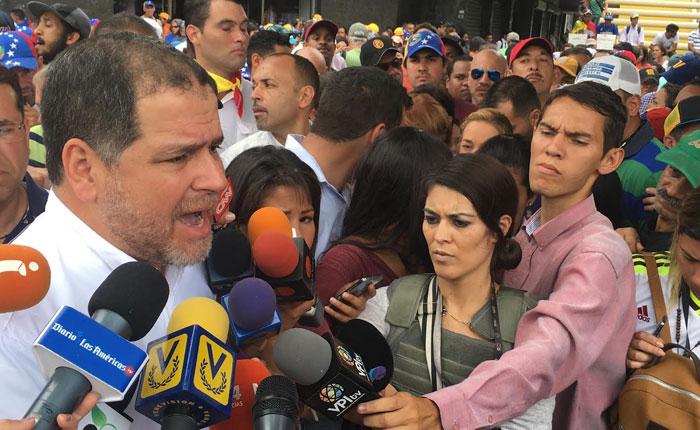 Luis Florido: Dictadura en Venezuela tiene como propósito anular pasaportes a la oposición