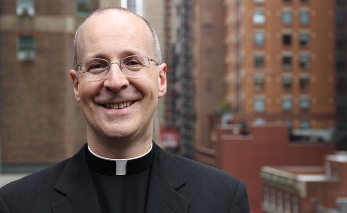 Con nombramiento de James Martin, Vaticano busca conciliarse con movimiento LGBT