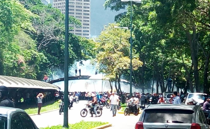 GNB y Policía Nacional reprimen con lacrimógenas a estudiantes de la Universidad Central