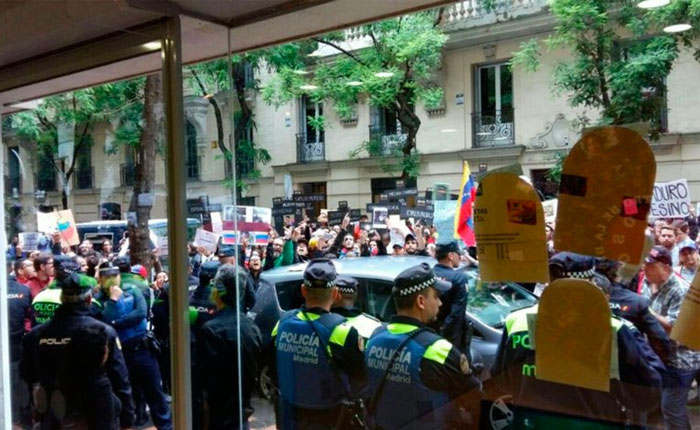 Masiva protesta de venezolanos impide acto chavista en Madrid