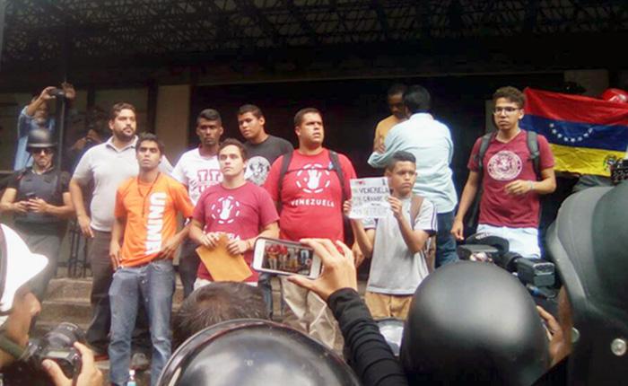 Estudiantes marcharon a Conatel y le exigieron romper el cerco mediático