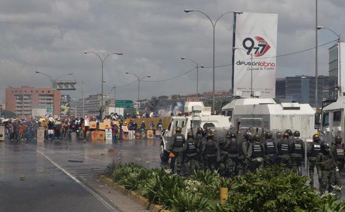 Frenar la dictadura, reconstruir el país, por Roberto Patiño
