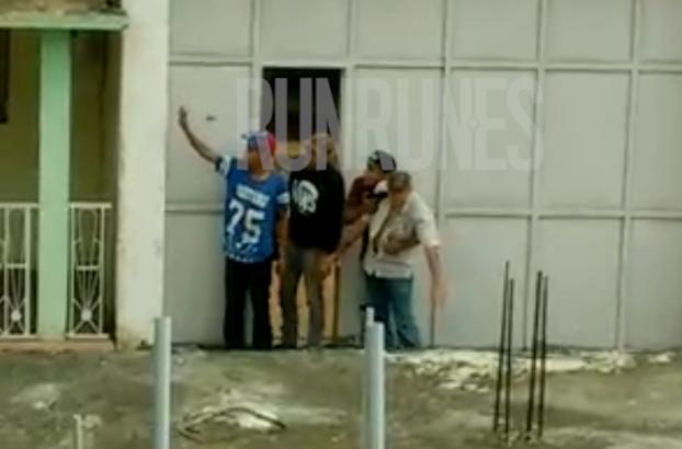 #VIDEO Policías ejecutaron a 4 presuntos delincuentes después que se entregaron