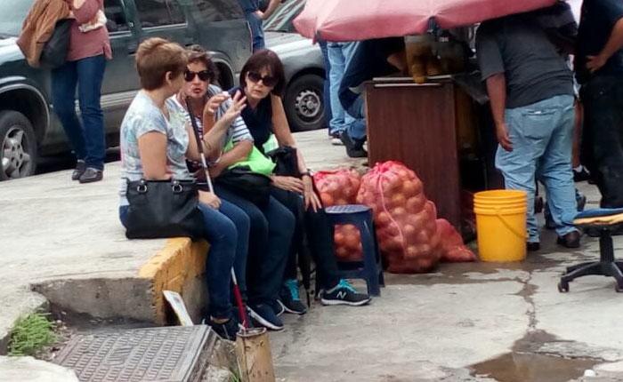 Familiares aguardan por noticias de estudiantes detenidos en El Helicoide