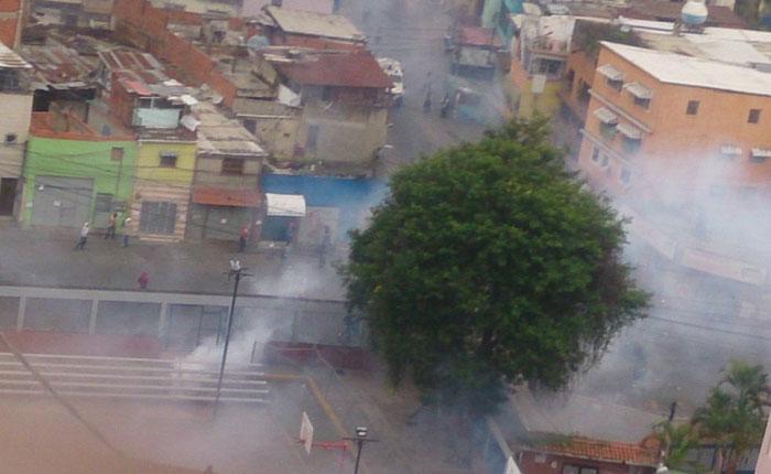 VIDEOS Fuerte represión en La Vega tras nueve horas de protesta contra Maduro