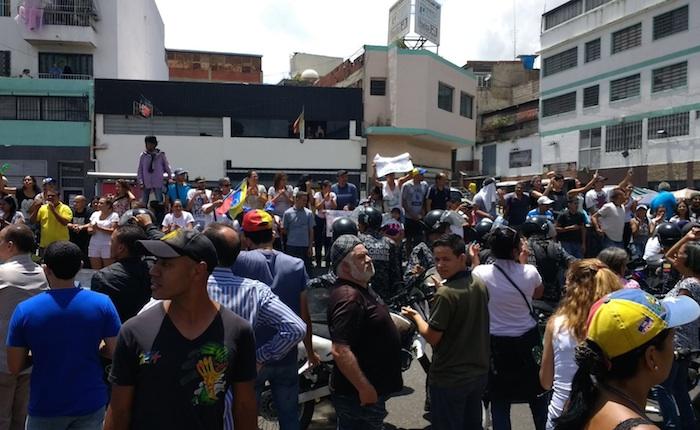 Paramilitares del chavismo mancharon de rojo la consulta popular: una muerta y tres heridas en Catia